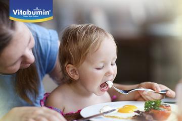 Memahami Kebiasaan Makan Si Kecil Usia 1 Tahun. Ini Yang Harus Bunda Lakukan Untuk Menciptakan Kebiasaan Makan Yang Baik Untuk Si Kecil!