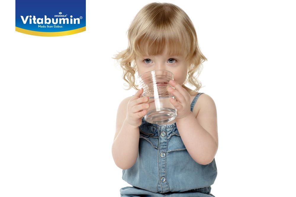 Selain Air putih, Cairan Apa Saja Yang Baik Dikonsumsi Anak ?