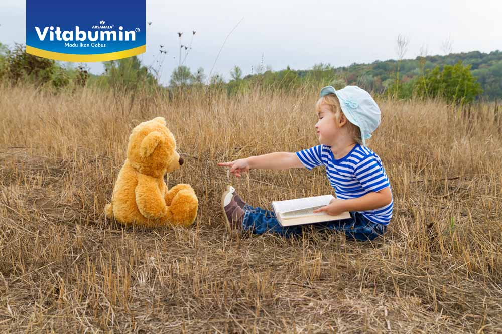 Si Kecil Lebih Asyik Berbicara Sendiri Dengan Teman Khayalannya! Apa Yang Harus Bunda Lakukan?